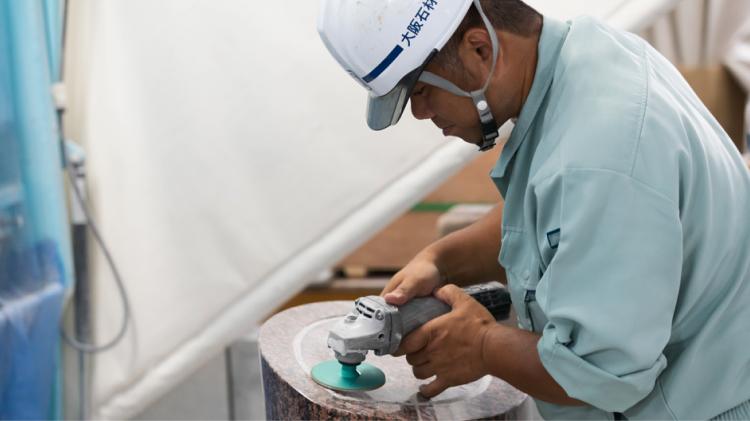 石を研磨するスタッフ