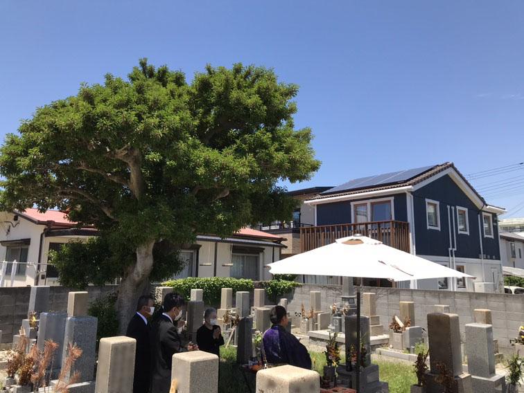 明石の海の近くにある善国寺の墓地は、住宅地に囲まれ、こじんまりした静かな墓地
