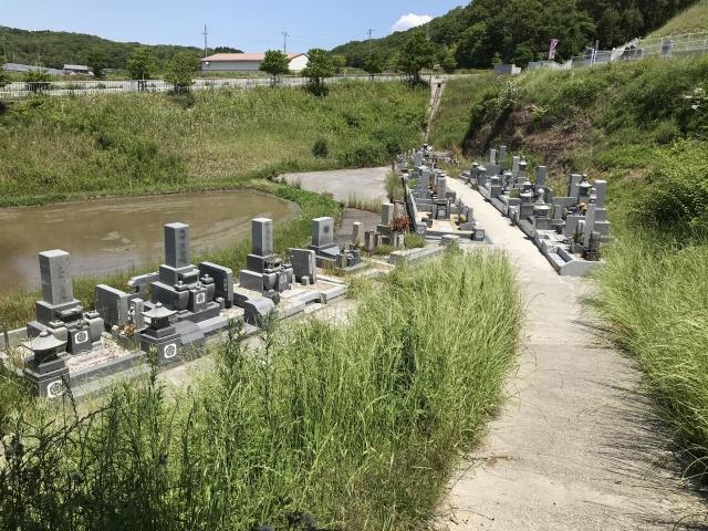三木市志染町にあります、勝龍寺の墓地は山に囲まれ静かで落ち着いた墓地です。