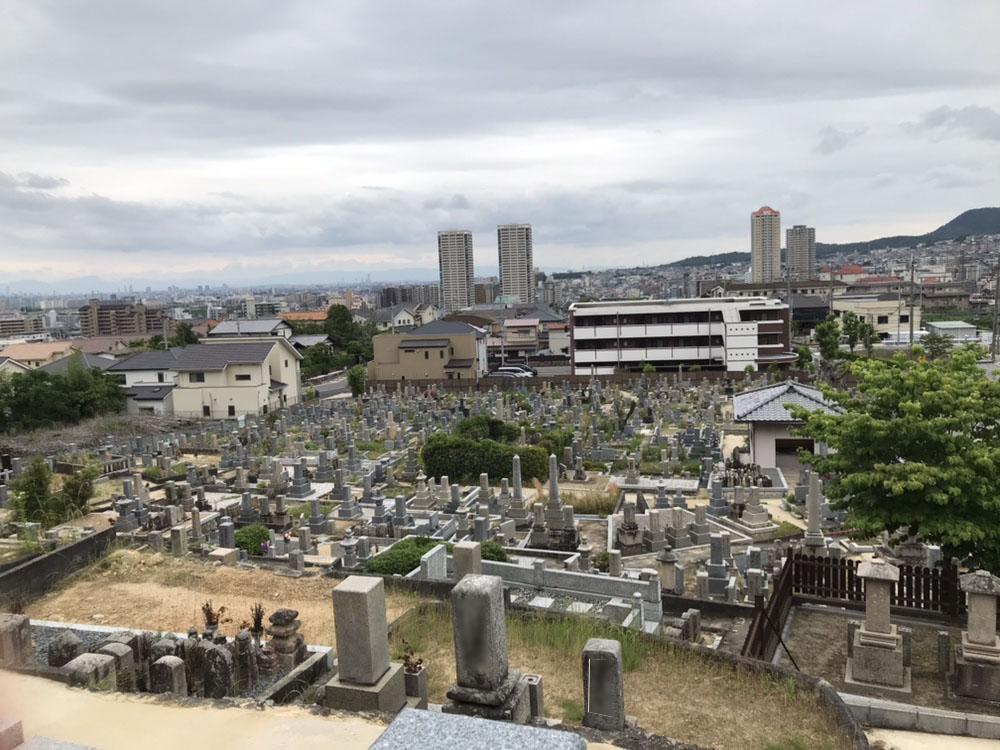 宝塚市川面墓地はこだま病院の南隣にあります。