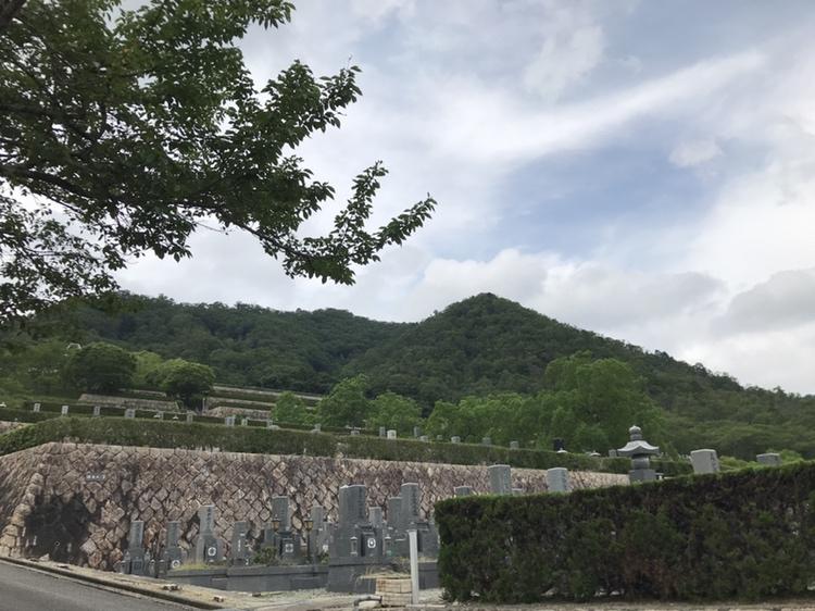 まるで庭園。兵庫県川辺郡にある猪名川霊園。