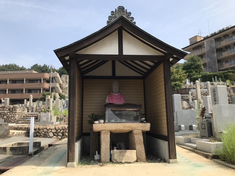 神戸市兵庫区にある高松墓地のお堂。お地蔵さまがお墓を見守って下さいます。
