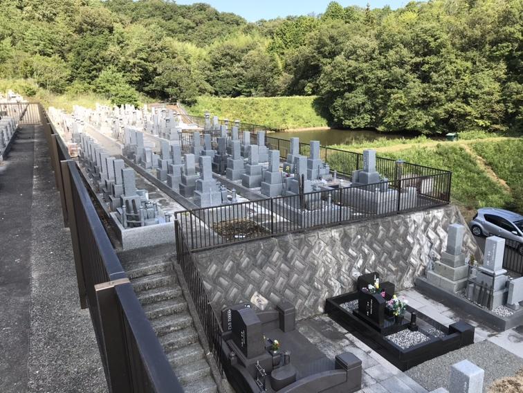 薬師寺霊園(三木市)の墓地風景
