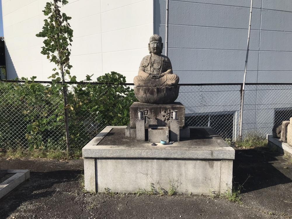 宝塚市小浜の交差点付近にあるエディオンの南隣にある安倉霊園の地蔵