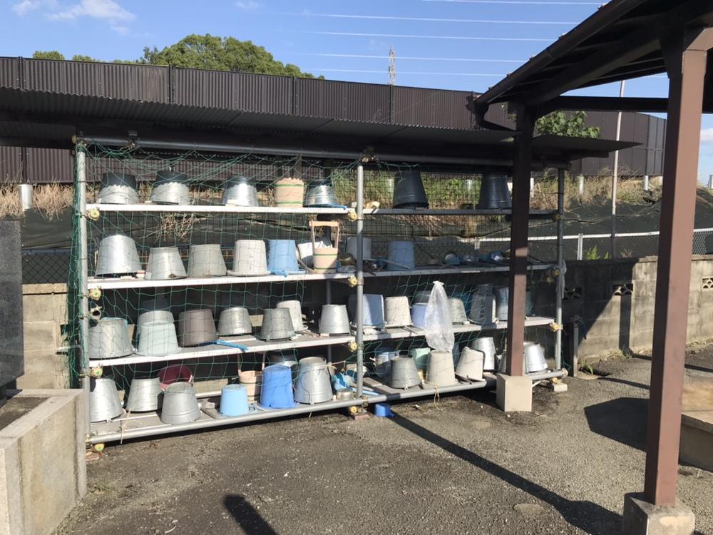 宝塚市小浜の交差点付近にあるエディオンの南隣にある安倉霊園のバケツ置き場