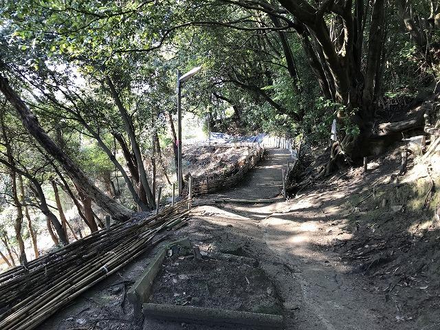 烏原霊園(神戸市兵庫区)の小道