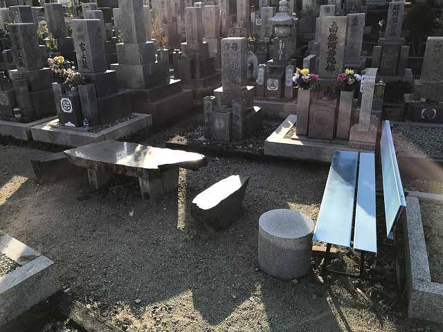 栄根霊園(川西市)のベンチ