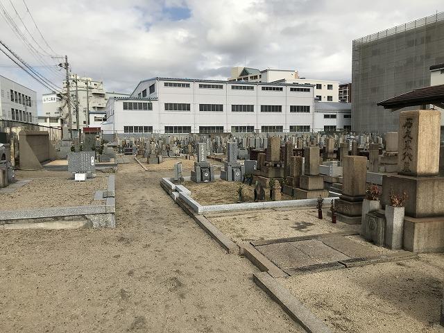 高松墓地(神戸市兵庫区)の管理棟がリニューアル。お墓の様子。