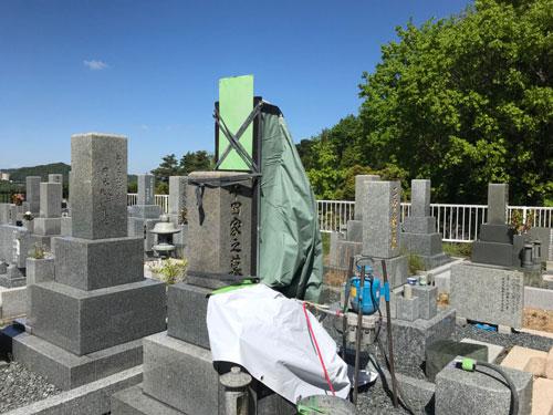 西宮市白水峡公園墓地で墓石の彫刻