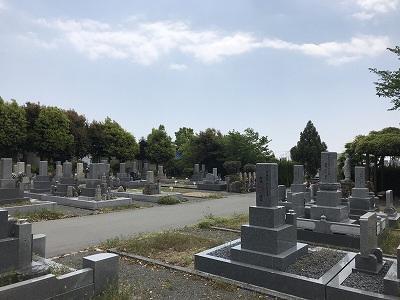 葉坂墓地で墓石の彫刻