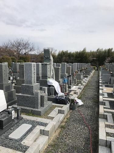 寝屋川市にある寝屋川市公園墓地で墓石の彫刻