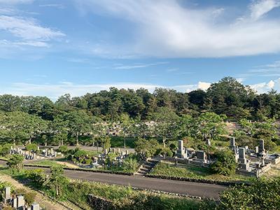 西宮市甲山墓園で墓石の彫刻
