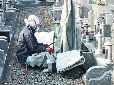 高槻市公園墓地で墓石の彫刻