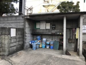 上坂部・森共同墓地の用具置き場