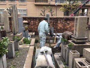 尼崎市の善通寺さんでお墓じまいの工事。次の方が気持ち良く使っていただけるように、基礎もしっかり取り、新しい土に入れ替えます。21.3.29