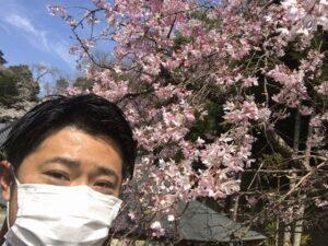 21.3.27_願掛けをする井嶋と桜in火打墓地