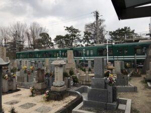 小松西墓地(西宮市)ちょうど電車が通過していました。