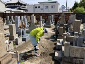 21.4.15_善通寺さん(尼崎市)で草刈。当社の墓守隊、がんばりました!